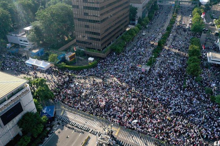 <i>ภาพถ่ายจากทางอากาศแสดงให้เห็นกลุ่มผู้ประท้วงออกมาชุมนุมต่อต้านผลการเลือกตั้งประธานาธิบดี  ณ กรุงจาการ์ตา ตอนบ่ายวันพุธ (22 พ.ค.) </i>