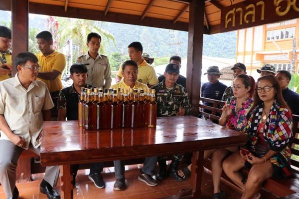 ช่างกล้า! แต่งกายเป็นเจ้าหน้าที่อุทยาน  เร่ขายน้ำผึ้งป่า  อ้างหาเงินซื้อข้าวสาร  สุดท้ายถูกจับ