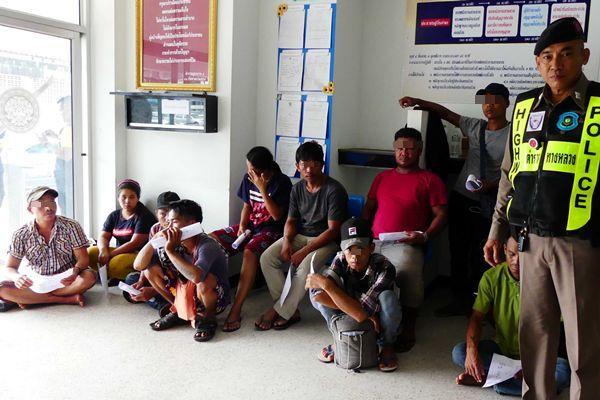 ตำรวจทางหลวงชุมพร รวบผัวพม่าเมียคนไทยลอบขนต่างด้างเข้าพื้นที่