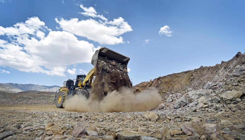 ภาพการขุดหินในเหมืองผลิตธาตุหายากที่เหมือง Mountain Pass แคลิฟอร์เนีย สหรัฐฯ (REUTERS/David Becker/File Photo )
