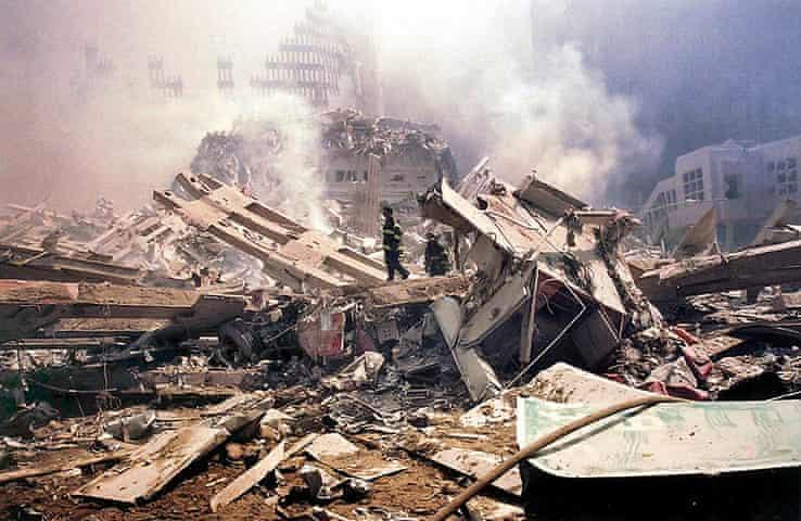 เจ้าหน้าที่ดับเพลิงบริเวณ Ground Zero  หลังเหตุการณ์ 9/11 (Alex Fuchs/AFP)