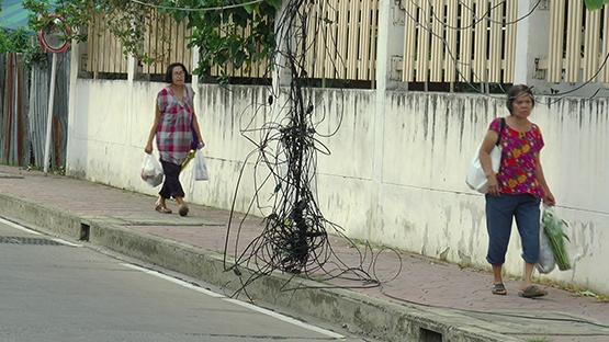 ชาวบ้านวอนแก้ไขสายสื่อสารขาดหล่นกองกับพื้นหวั่นเกิดอันตราย