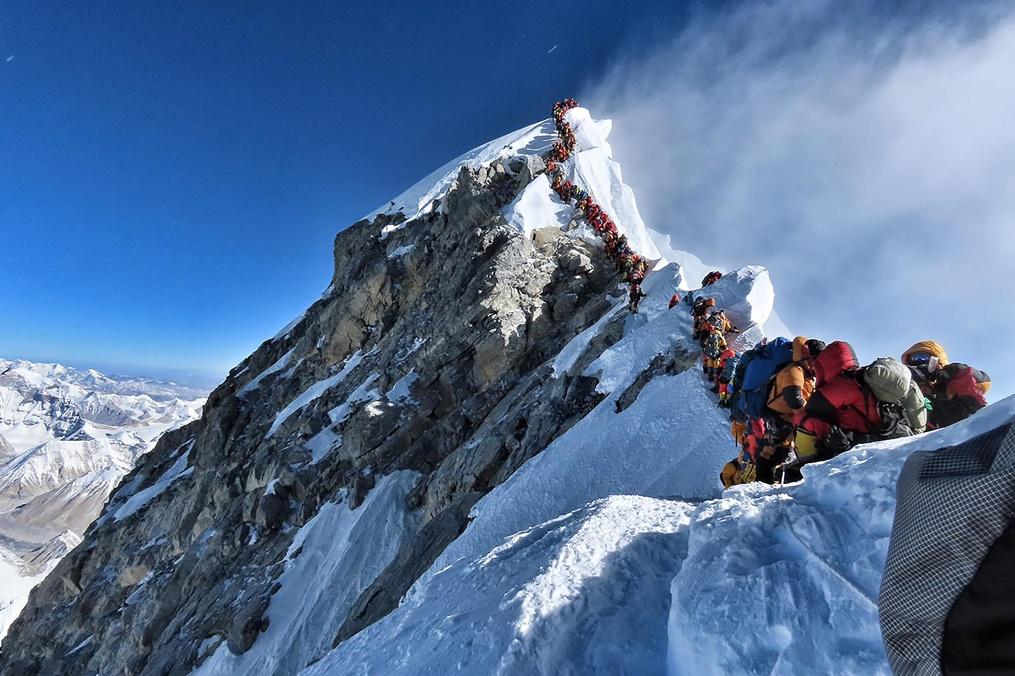ภาพแสดงให้เห็นถึงความแน่นขนัดของภูเขาเอเวอเรสต์ที่บรรดานักไต่เขาต่างต้องเข้าคิวเป็นเวลานานหลายชั่วโมงในวันพุธ(22 พ.ค)เพื่อรอที่จะไต่ไปให้ถึงยอดเขาเสี่ยงต่อการถูกหิมะกัด และโรคที่มากับความสูงในวันที่แออัดบนเทือกเขาเอเวอเรสต์ของเนปาล ภาพประจำวันพุธ(22) เอเอฟพี