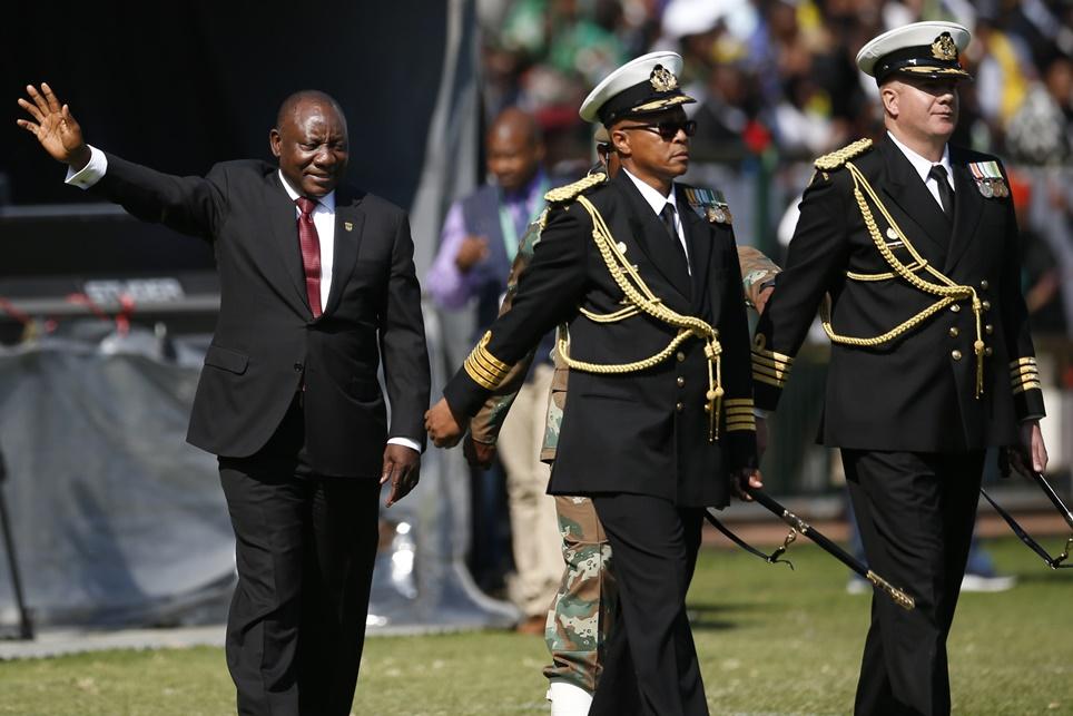ในพิธีสาบานตนเข้ารับตำแหน่งของผู้นำแอฟริกาใต้คนใหม่ที่ถูกจัดอย่างยิ่งใหญ่ ซีริล รามาโฟซา(Cyril Ramaphosa)(ซ้าย) กำลังโบกมือให้ฝูงชนหลังสาบานตนเพื่อรับตำแหน่งประธานาธิบดีภายในสนามกีฬา ลอฟ์ตัส เวิร์สเฟิลด์ สเตเดียม (Loftus Versfeld stadium) กรุงพริทอเรีย แอฟริกาใต้ ภาพประจำวันเสาร์(25) เอเอฟพี