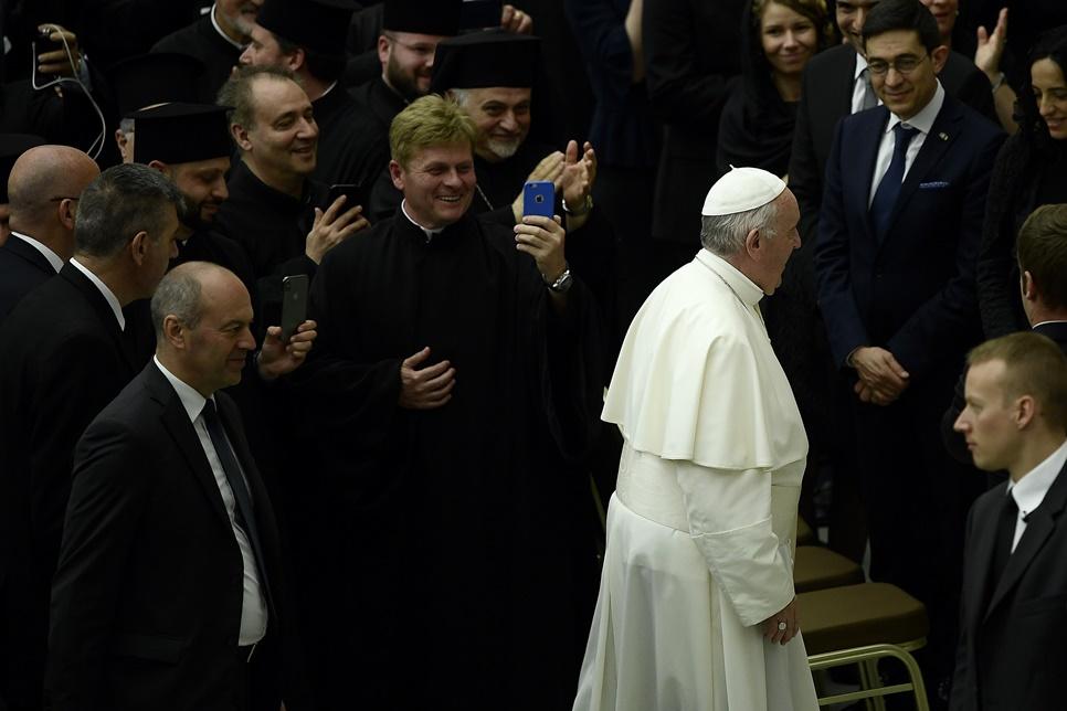 สมเด็จพระสันตะปาปาฟรานซิส (ที่ 2จากทางขวา)เสด็จมาถึงห้องประชุมพอลที่ 6 ฮอล(Paul VI hall ) ในวาติกัน เพื่อพบกับบรรดาสาธุชนชาวอิตาเลียนและชาวแอลบาเนียนที่เดินทางมาจากเมืองลุนโกร( Lungro)อิตาลี เพื่อรอเข้าเฝ้าโป๊ป ภาพประจำวันเสาร์(25) เอเอฟพี