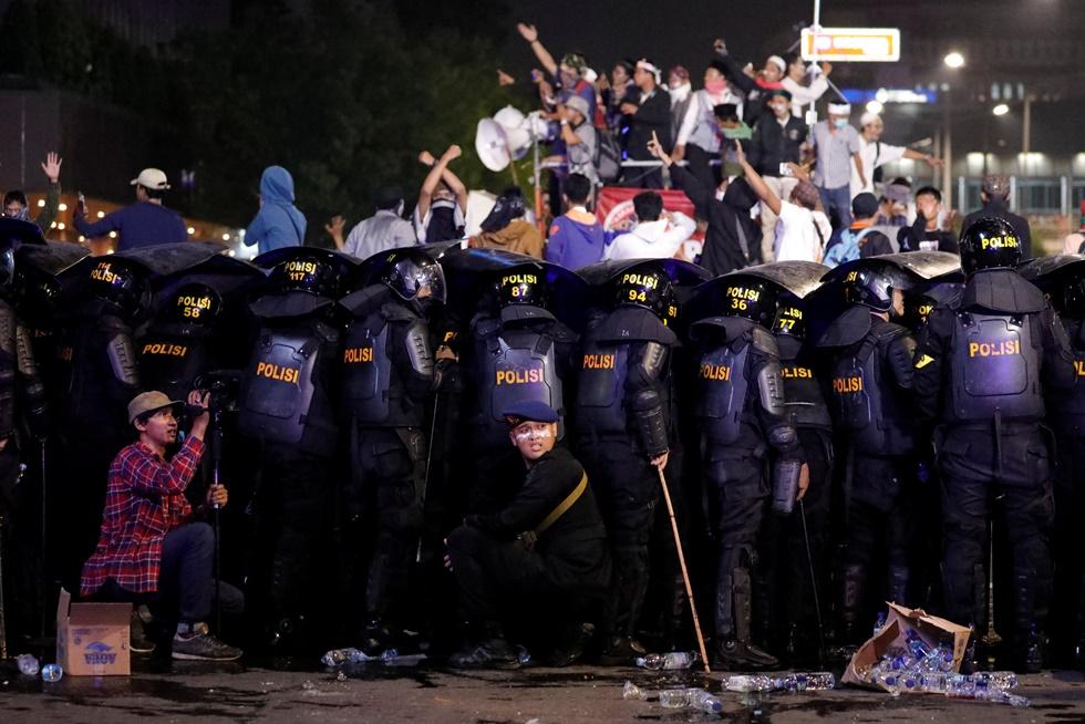 ตำรวจปราบจลาจลอินโดนีเซียกำลังตั้งแผงระหว่างการเกิดจลาจลใกล้กับสำนักงานกำกับดูแลการเลือกตั้งอินโดนีเซีย ( Bawaslu)ที่กรุงจาการ์ตา  อินโดนีเซีย ภาพประจำวันพุธ(22) รอยเตอร์