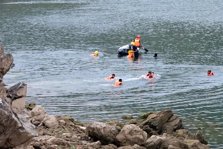 เจ้าหน้าที่กู้ภัยจีนต่างเร่งมือค้นหาเหยื่อจากเรือที่เกิดพลิกคว่ำในแม่น้ำเป่ยพาน(Beipan River) หมู่บ้านบันฮวน (Banhuan) มณฑลกุ้ยโจว  พบเรือพลิกคว่ำครั้งนี้มีผู้เสียชีวิตไม่ต่ำกว่า 10 คน และสูญหายอีก 3 คน หลังจากเรือโดยสารเฟอร์รีที่ใช้ข้ามฟากมาเกิดล่ม ภาพประจำวันศุกร์(24) ภาพเอเอฟพี