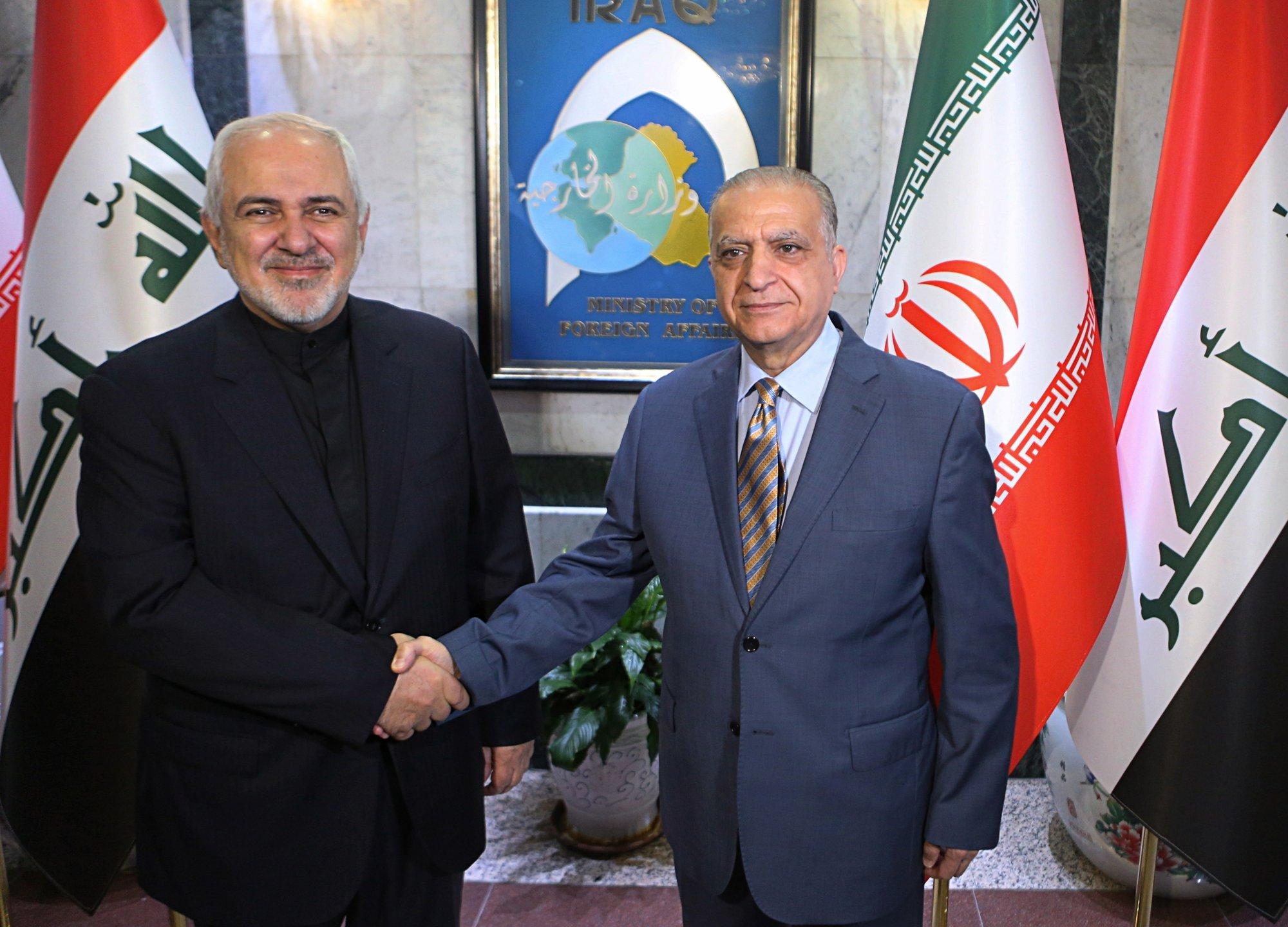โมฮัมหมัด จาวัด ซารีฟ รัฐมนตรีต่างประเทศของอิหร่าน (คนซ้าย) จับมือกับ โมฮัมเหม็ด อัล – ฮาคิม  รัฐมนตรีต่างประเทศของอิรัก (คนขวา) ขณะทำการแถลงข่าวร่วมกัน