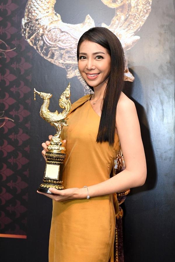 """""""อลิซ-แนนต์"""" มุ่งมั่นทำหน้าที่ผู้ประกาศข่าว ภูมิใจเข้ารับรางวัล """"คนไทยตัวอย่าง"""""""