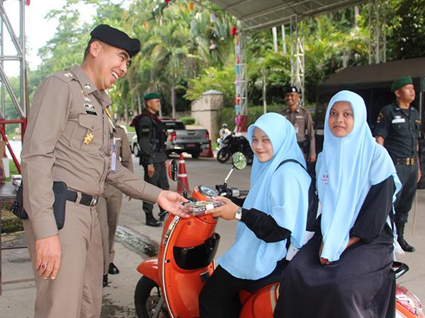 ตำรวจเบตงแจกอินทผาลัม สร้างรอยยิ้มให้พี่น้องมุสลิมในห้วงเดือนรอมฎอน