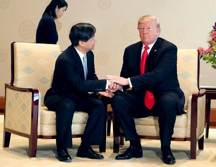 ประธานาธิบดีโดนัลด์ ทรัมป์ ของสหรัฐฯ (ขวา) ขณะเข้าเฝ้าฯ พระจักรพรรดินารูฮิโตะ ของญี่ปุ่น ที่พระราชวังอิมพีเรียล ในกรุงโตเกียวเมื่อวันจันทร์ (27 พ.ค.)