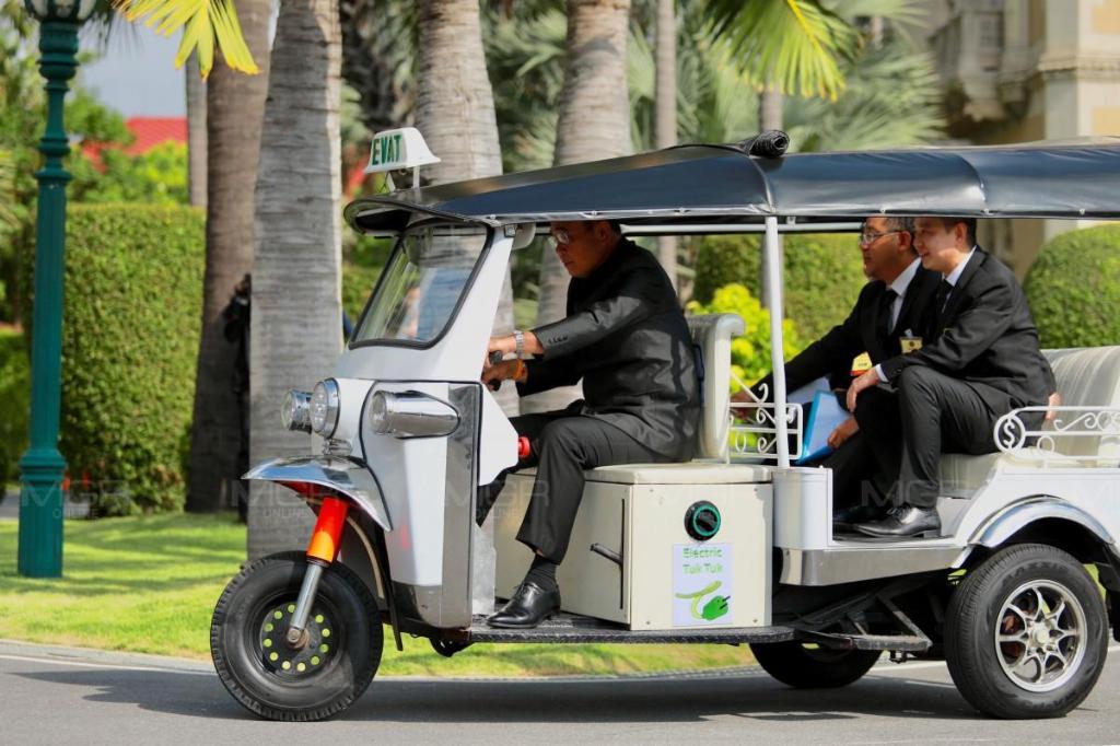 นายกฯ ทูลเกล้าฯ ปธ.สภาแล้ว พร้อมโชว์ขับรถตุ๊กตุ๊กๆ รอบทำเนียบ บอกขับนิ่มดี