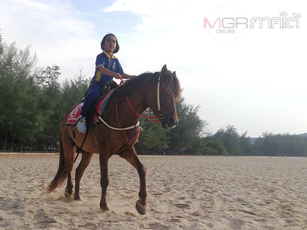 ทึ่ง! เด็กหญิง 7 ขวบควบม้ากลับบ้านหลังเลิกเรียนทุกวันโซเชียลแห่ชื่นชม