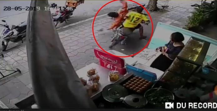 ซิ่งมอเตอร์ไซค์ย้อนศรบนทางเท้าชนคนกระเด็นบาดเจ็บ