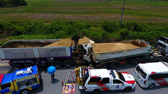 รถพ่วงบรรทุกทรายชนอัดท้ายกัน หนุ่มวัย25คนขับเสียชีวิตคาซาก