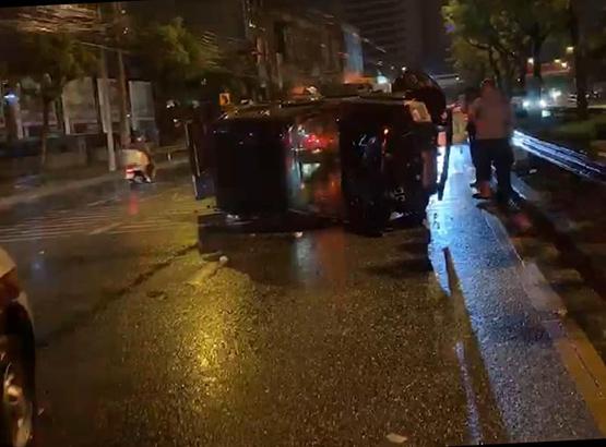 ฝนตกถนนลื่นกระบะเสียหลักชนเสาไฟฟ้าขาด รถพลิกคว่ำเจ็บ 2 ราย