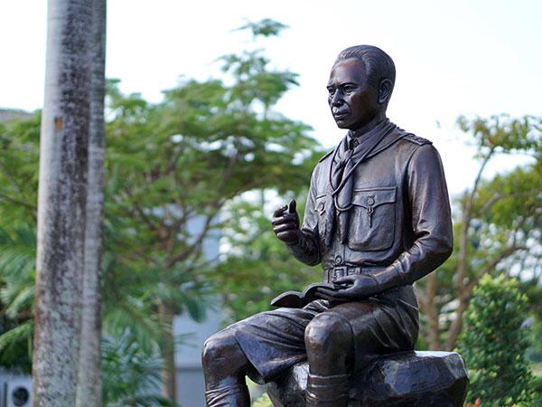 อนุสาวรีย์ครูเคล้า คชาฉัตร (ภาพจากแฟนเพจโรงเรียนมหาวชิราวุธ จังหวัดสงขลา)