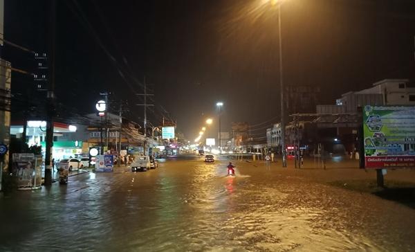 ฝนหนัก 1 ชั่วโมง ทำหลายพื้นที่ใน อ.บางละมุง และเมืองพัทยาเกิดน้ำท่วมขังหลายจุด