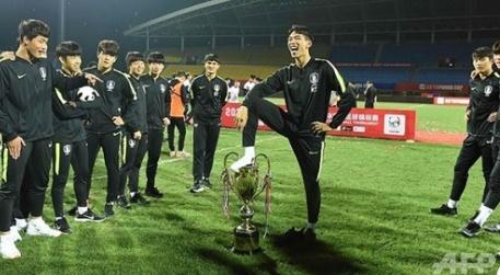 """ยังไม่จบ! """"จีน"""" ขอคืนถ้วยแชมป์ พร้อมแบนทีม """"เกาหลีใต้"""" ฟาดแข้ง"""