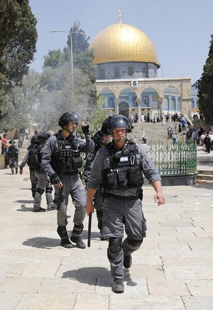 """เกิดปะทะระหว่างผู้แสวงบุญปาเลสไตน์และตำรวจยิวที่ """"มัสยิดอัลอักซอ"""" ที่ศักดิสิทธิ์ัวันเยรูซาเลม"""