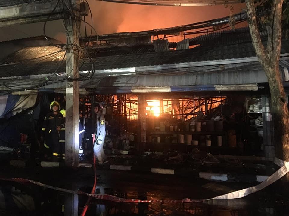 ไฟไหม้สวนจตุจักรโครงการ 25 ร้านค้าวอด 20 คูหา