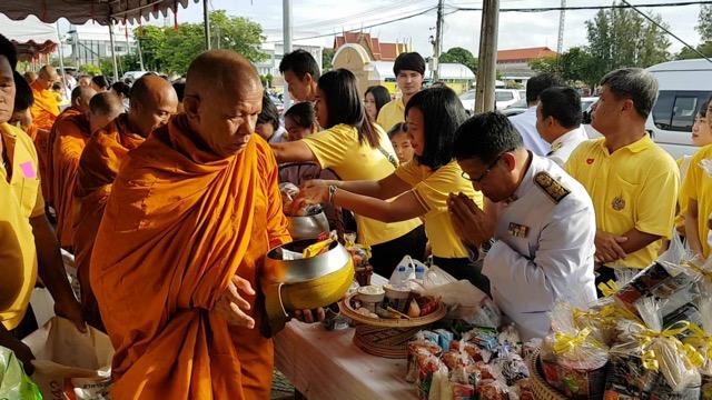 พสกนิกรชาวไทยหลายพื้นที่ร่วมทำบุญตักบาตร ถวายเป็นพระราชกุศล