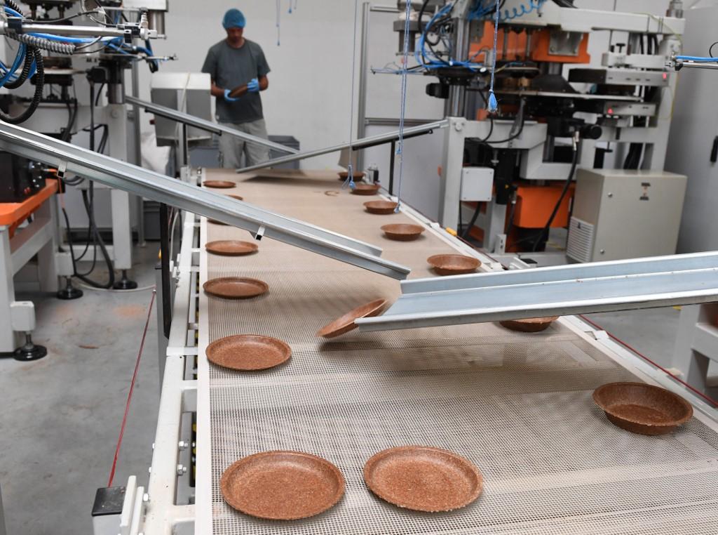 เครื่องจักรในโรงงานไบโอเทรม กำลังผลิตจานกินได้ (Janek SKARZYNSKI / AFP)