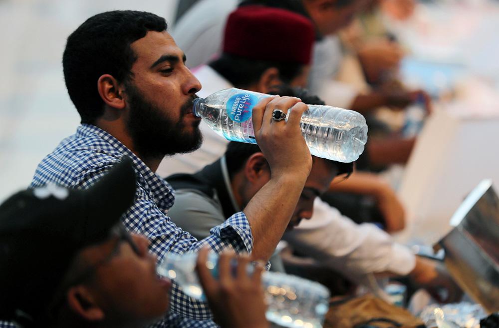 ดื่มน้ำ พอดี...วันละกี่แก้ว? / พลโทนายแพทย์ สมศักดิ์ เถกิงเกียรติ