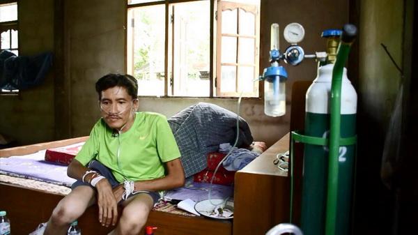 วอนผู้ใจบุญ!ช่วยหนุ่มกู้ภัยพิการหลังค่อมขออกซิเจนต่อลมหายใจ เผยทั้งบ้านพิการหมด