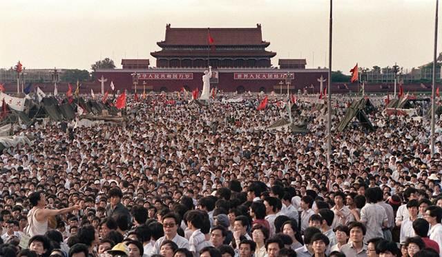 การประท้วงเรียกร้องการเปิดกว้างปฏิรูปประชาธิปไตยของกลุ่มนักศึกษาและประชาชนจีนบริเวณจัตุรัสเทียนอันเหมิน กรุงปักกิ่ง ปี 1989 ที่ถูกปิดฉากลงด้วยการนำกำลังทหารเข้าปราบปรามในวันที่ 4 มิ.ย.1989 (แฟ้มภาพ เอเอฟพี)