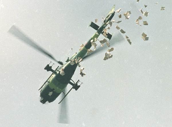 เฮลิคอปเตอร์ทหารกำลังโปรยใบปลิวเหนือบริเวณจัตุรัสเทียนอันเหมินเมื่อวันที่ 22 พ.ค.1989  แจ้งให้ผู้ประท้วงออกจากบริเวณจัตุรัสฯโดยเร็วที่สุด (แฟ้มภาพ รอยเตอร์ส)