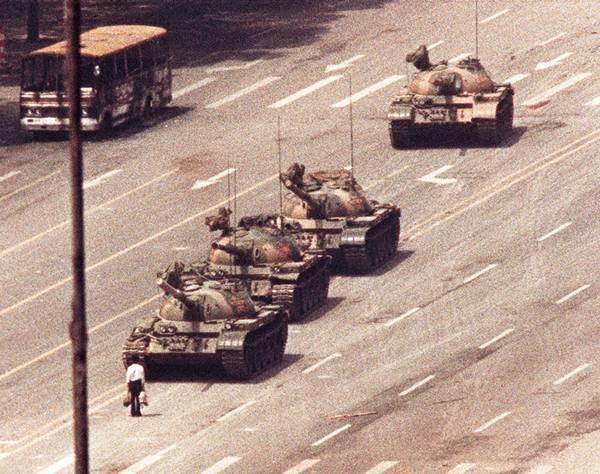 ชายจีนยืนขวางขบวนรถถังกลางถนนฉางอันกรุงปักกิ่ง เมื่อวันที่ 5 มิ.ย. 1989 (แฟ้มภาพ รอยเตอร์ส)