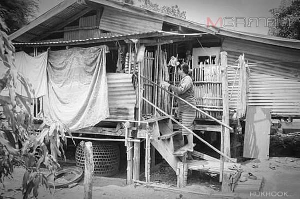 สภาพบ้านที่แสดงถึงความยากแค้นแสนเข็ญของนางสุณี นาริน หนึ่งในผู้ต้องหาที่ถูกจำคุก