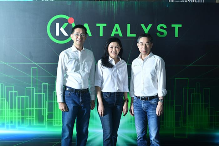 นางสาวขัตติยา อินทรวิชัย (กลาง) กรรมการผู้จัดการ นายสุปรีชา ลิมปิกาญจนโกวิท (ซ้าย) ผู้ช่วยกรรมการผู้จัดการ ธนาคารกสิกรไทย และนายธนพงษ์ ณ ระนอง (ขวา) กรรมการผู้จัดการ บริษัท บีคอน เวนเจอร์ แคปิทัล จำกัด ร่วมแถลงข่าวเปิดโครงการ KATALYST เพื่อให้คำแนะนำในการทำธุรกิจ การให้ความรู้ การนำเทคโนโลยีมาปรับใช้ การขยายธุรกิจทั้งในและต่างประเทศ และสนับสนุนเงินลงทุนแก่สตาร์ทอัพ เพื่อให้วงการสตาร์ทอัพไทยเติบโตและประสบความสำเร็จ ณ โรงละครเคแบงก์สยามพิฆเนศ ชั้น 7 สยามสแควร์วัน เมื่อเร็วๆ นี้
