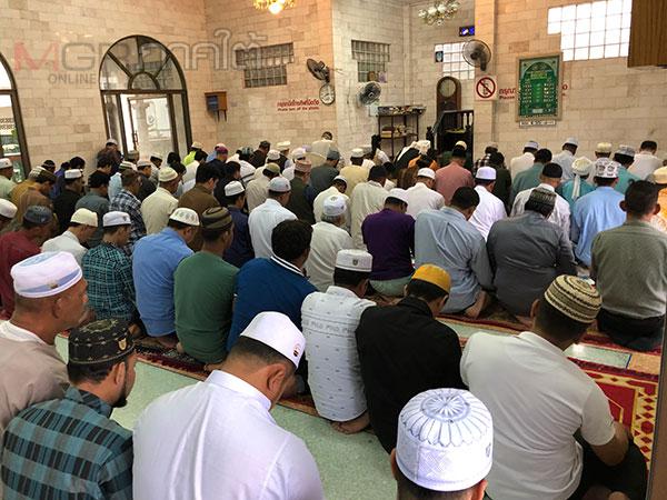 ชาวมุสลิมภาคใต้ต่างร่วมกันละหมาดในวันอีฎิ้ลฟิตริจนเต็มมัสยิด
