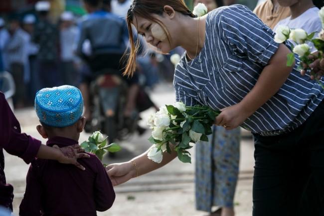 งดงาม..ชาวพุทธพม่ามอบกุหลาบขาวให้ชาวมุสลิมฉลองวันตรุษอิดิ้ลฟิตรี