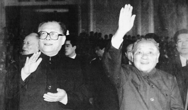 """เจียง เจ๋อหมิน (ซ้าย), ถ่ายภาพร่วมกับเติ้ง เสี่ยวผิง (ขวา) ในเดือนก.ย. ปี 1989  """"ผู้นำสูงสุดแห่งพรรคคอมมิวนิสต์จีน"""" ในยุคการประท้วงของกลุ่มนักศึกษา (แฟ้มภาพ รอยเตอร์ส)"""