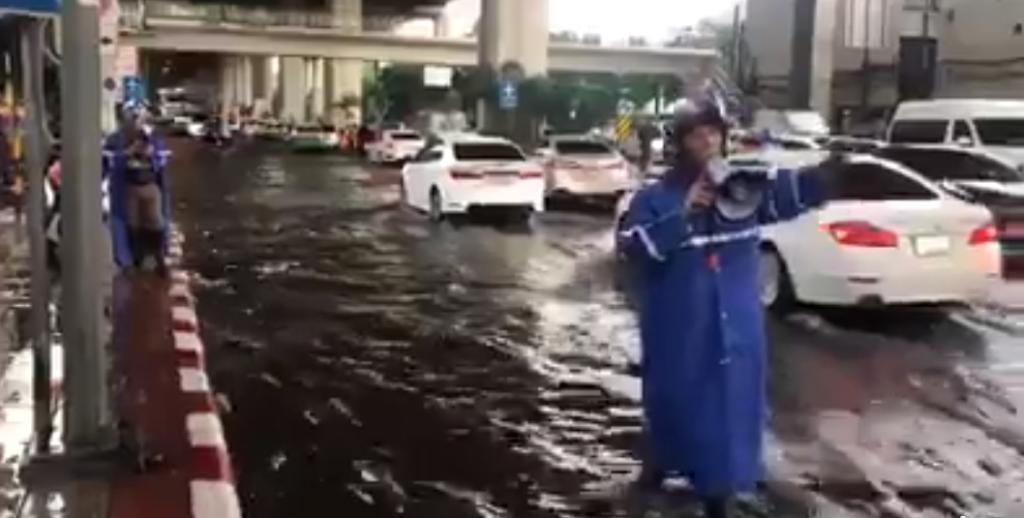 เสียงดีไม่มีตก ตร. โครงการพระราชดำริ ฯ ร้องเพลงกล่อม ผู้ใช้รถฟัง ช่วงน้ำท่วมขัง เนื่องจากฝนตก ได้ผ่อนคลาย