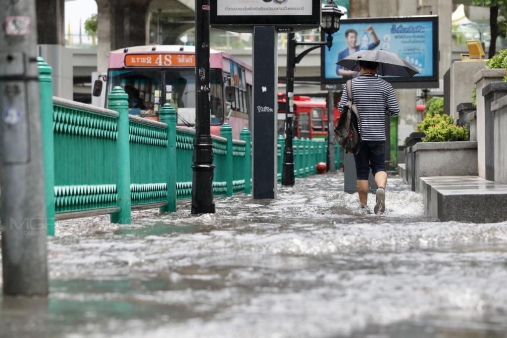 พกร่มติดตัวได้เลย! ฝนซัดทุกภาค กทม.โดนหนักถึงร้อยละ 70 เสี่ยงน้ำท่วมฉับพลัน