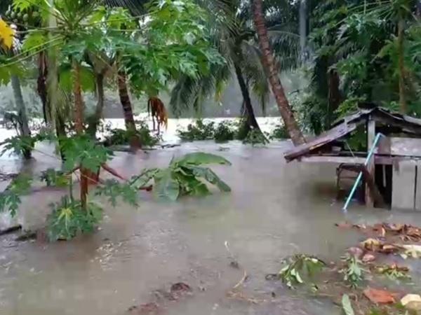 ฝนตกหนัก น้ำในคลองเอ่อเข้าท่วมบ้านเรือนประชาชนกว่า 70 ครัวเรือนในพื้นที่ท้ายเหมือง พังงา