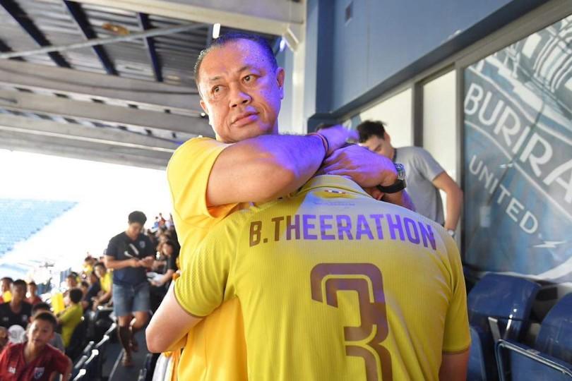 """ภาพประทับใจ! """"เนวิน"""" สวมกอด """"ธีราทร"""" หลังเกมไทย พ่าย อินเดีย 0-1"""