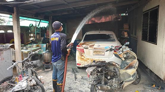 ช่างซ่อมยกแกลลอนน้ำมันเบนซินผ่านเตาถ่าน ไฟลุกพรึบไหม้รถและตัวบ้านเสียหาย