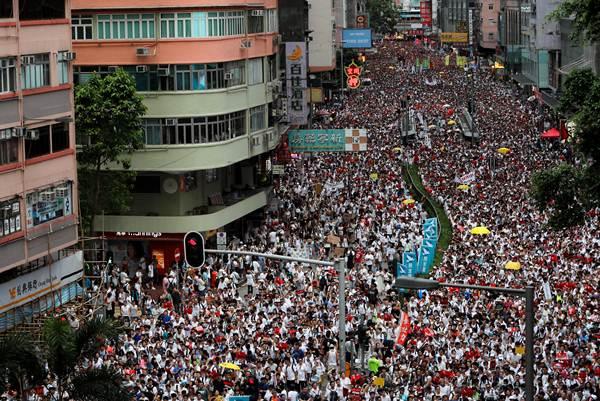 คลื่นผู้ประท้วง กลุ่มประท้วงเดินขบวนประท้วงตามท้องถนนใจกลางฮ่องกงเพื่อต่อต้านการรับรองกฎหมายส่งตัวผู้ร้ายข้ามแดนไปดำเนินคดีที่จีน ผู้จัดการประท้วงระบุจำนวนผู้ประท้วง มากกว่า 1 ล้านคน (ภาพ รอยเตอร์ส)