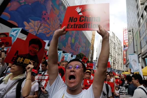 กลุ่มประท้วงเดินขบวนประท้วงตามท้องถนนใจกลางฮ่องกงในวันที่ 9 มิ.ย.เพื่อต่อต้านการรับรองกฎหมายส่งตัวผู้ร้ายข้ามแดนไปดำเนินคดีที่จีน (ภาพ รอยเตอร์ส)