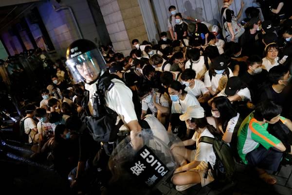 เหตุการณ์ปะทะระหว่างตำรวจปราบจลาจลและผู้ประท้วงต่อต้านกฎหมายส่งตัวผู้ร้ายข้ามแดนไปจีนเมื่อคืนวันที่ 9 มิ.ย. 2019 ในภาพ เจ้าหน้าที่ตำรวจจับกุมตัวผู้ประท้วง(ภาพ รอยเตอร์ส)