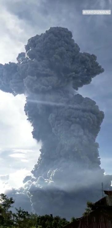 """In Clips :อินโดนีเซียเตือน """"ภูเขาไฟซินาบุง"""" เสี่ยงปะทุรอบใหม่ หลังพ่นเถ้าถ่านไกล 7 กิโลเมตร"""
