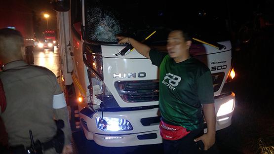 ชายนิรนามข้ามถนนกาญจนาภิเษก รถชนกระเด็นเสียชีวิตคาที่