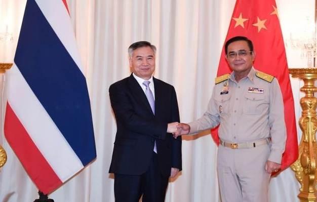 นายหลี่ ซี สมาชิกกรมการเมืองหรือโปลิตบูโรแห่งพรรคคอมมิวนิสต์จีน และเลขาธิการพรรคคอมมิวนิสต์จีนประจํามณฑลกว่างตง (ซ้าย) ถ่ายภาพร่วมกับพลเอก ประยุทธ์ จันทร์โอชา นายกรัฐมนตรีไทย ระหว่างหารือความร่วมมือไทย-จีนในกรุงเทพฯ เมื่อวันที่ 10 มิ.ย. 2019