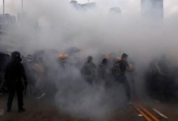ตำรวจยิงแก๊สน้ำตาใส่ผู้ประท้วง ราวบ่าย 3 โมง เวลาท้องถิ่นฮ่องกง ภาพเมื่อวันที่ 12 มิ.ย. 2019 - ภาพรอยเตอร์