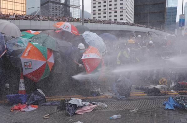 ตำรวจปราบจลาจลฮ่องกงยิงสเปรย์พริกไทย-ปืนฉีดน้ำ ใส่ผู้ประท้วงภาพเมื่อวันที่ 12 มิ.ย. 2019 - ภาพรอยเตอร์